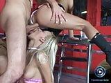 Mya Diamond egy bárban