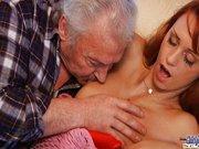 Nagypapa begerjed a vörös fiatal bigére.