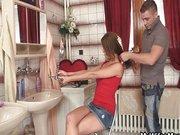 Anyuka elszereti a lánya pasiját a fürdő szobában.
