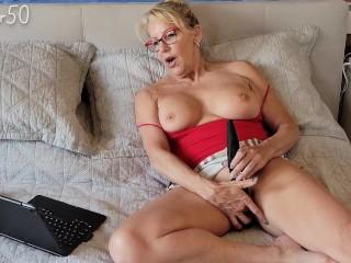 Középkorú nő egy vibrátorral kielégíti magát.