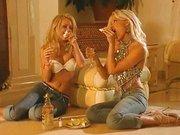 Gyönyörű szőke picsák Sophie Moone és Kylie leszbz