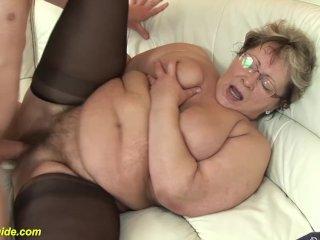 Nagymama és unokájának barátja kefél nagyot