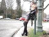 Amatőr szexis csaj mutatja meg csupasz punciját és formás mellét.