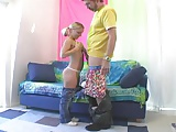 Tini lány a magas bátyjával