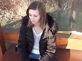 Kefélés a buszmegállóban