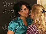 Tanárnők esnek egymásnak a tanteremben nyelvükkel