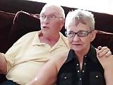 Nagymama és nagypapa egy fiatallal