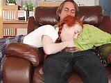 Apa iskolás lányát keféli keményen meg