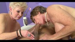 Érett leszbikus pinák játékába száll bele a kemény tini fasz.