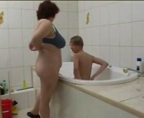 Anya beszáll a kádban fürdő fia mellé