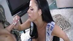 Anyu szopja le a tini fia kemény farkát, és élvezik együtt az orál szexet.