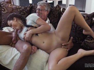 Tini lány gerjed rá apja érett farkára, imádja az öreg faszt szopni és keményen verni.