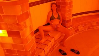 Ismét a szexi magyar feleség amatőr videója, a szőke pina ezúttal egy uszodában nyilvános helyen maszturbál