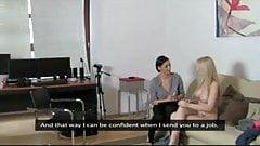 Magyar tini picsa büdös neki a munka, ínkább pornózásba kezd, szerencséjére sikeresen el is jutott egy leszbi magyar pornós castingra, magyar casting.