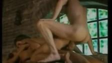 Angelica Bella nyílásait teljesen kihasználják